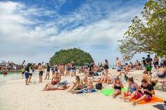 Liten ö som trängas ihop med turister Arkivbild