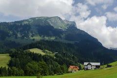 Liten österrikisk bergby Fotografering för Bildbyråer