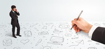 Liten affärsman som ser hand drog symboler och symboler Arkivbild