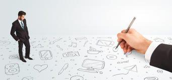 Liten affärsman som ser hand drog symboler och symboler Arkivfoton