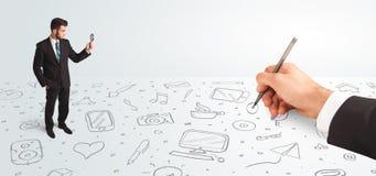 Liten affärsman som ser hand drog symboler och symboler Fotografering för Bildbyråer