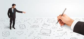 Liten affärsman som ser hand drog symboler och symboler Arkivfoto