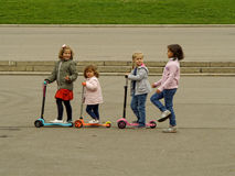 Liten amatörmässig ridning på sparkcyklar Royaltyfri Fotografi
