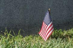 Liten amerikanska flaggan och gravsten Royaltyfria Bilder