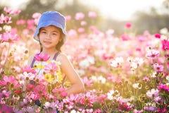 Liten asiatisk flicka i blommafält Royaltyfri Bild