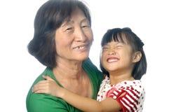 Liten asiatisk flicka med hennes farmor Royaltyfri Bild