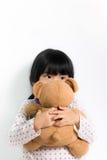 Liten asiatisk flicka med nallebjörnen Royaltyfri Bild