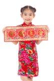 Liten asiatisk flicka som visar kinesiska hälsningar för nytt år Arkivfoto