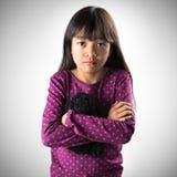 Liten asiatisk flickagråt med rullande down för revor henne kinder Arkivfoto