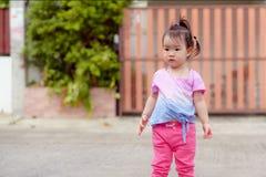 Liten asiatisk flickaspring som spelar bubblor med nöje royaltyfria foton