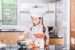 Liten asiatisk pannkaka för danande för mjöl för flickauppståndelsevete Arkivfoton