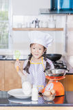 Liten asiatisk pannkaka för danande för mjöl för flickauppståndelsevete Arkivbild