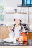 Liten asiatisk pannkaka för danande för mjöl för flickauppståndelsevete Arkivfoto