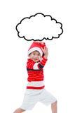 Liten asiatisk pojke i roligt agera för santa hatt som isoleras på vit Royaltyfri Fotografi