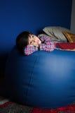 Liten asiatisk pojke som känner sig ledsen Arkivfoton