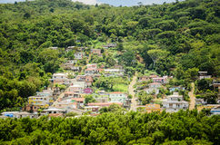 Liten by av flera färgrika hus på ett brant berg royaltyfria foton