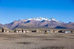 Liten by av herdar av lamor i de Andean bergen  Royaltyfri Bild