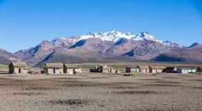 Liten by av herdar av lamor i de Andean bergen  Royaltyfri Fotografi