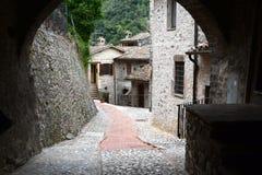 """Liten bakgata i Umbria †""""Italien Arkivfoto"""