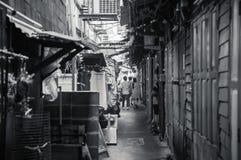 Liten bakgats- gränd i kineskvarteret Bangkok, Thailand fotografering för bildbyråer