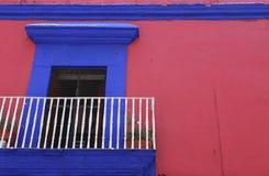 Liten balkong i den historiska staden av Oaxaca, Mexico arkivbilder