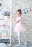 Liten ballerina i en studio Arkivfoton