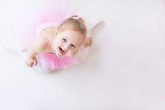 Liten ballerina i rosa ballerinakjol Arkivfoton