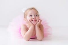 Liten ballerina i rosa ballerinakjol Royaltyfria Bilder