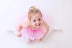 Liten ballerina i rosa ballerinakjol Royaltyfria Foton