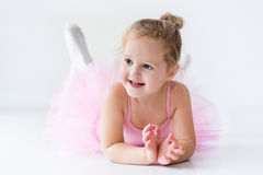Liten ballerina i rosa ballerinakjol Arkivfoto