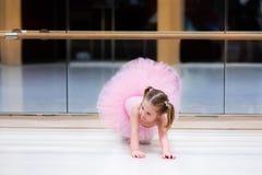 Liten ballerina på balettgrupp Arkivfoton