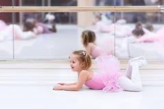 Liten ballerina på balettgrupp Arkivfoto