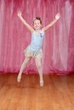 Liten ballerinabanhoppning i blå ballerinakjol fotografering för bildbyråer