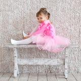 Liten ballerinaflicka i balettrosa färgklänning repetition Royaltyfri Fotografi