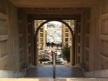 Liten bana på den Marseille hamnen Arkivfoton