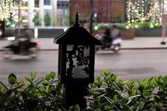 Liten, beautifully dekorerad gatalampa H?rlig gr?n l?vverk suddighet trafik fotografering för bildbyråer