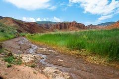 Liten bergflod i de eoliska bergen, Kirgizistan Fotografering för Bildbyråer