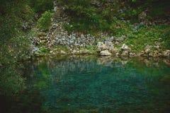 Liten bergsjö med rent genomskinligt vatten Royaltyfri Bild