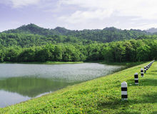 Liten bergsjö på den Jedkod nationalparken, Thailand royaltyfri fotografi