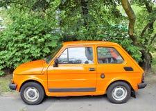 Liten bil Fiat 125p på parkeringshuset i Poznan-Polen Royaltyfria Foton