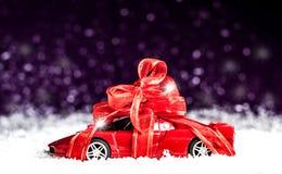 Liten bil med en dekorativ pilbåge i snö arkivfoton