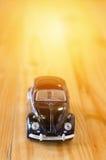 Liten bilmodell på träbakgrund Royaltyfria Foton