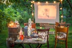 Liten bio med den retro projektorn i aftonen Fotografering för Bildbyråer