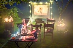 Liten bio med den retro projektorn i trädgården Royaltyfri Fotografi