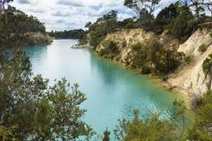 Liten blå sjö i Tasmanien (Australien) nära resväska Royaltyfri Foto