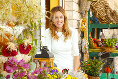 Liten blomsterhandelägare Arkivfoto