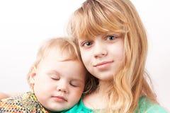 Liten blond Caucasian flicka med att sova systern arkivbilder