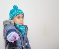 Liten blond flicka på vinters dag Arkivfoto