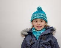Liten blond flicka på vinters dag Arkivfoton