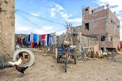 Liten bosättning i det Yauca området längs denamerikan huvudvägen, Peru Arkivbild
